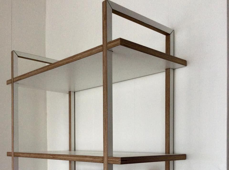 Boekenkast van multiplex met hpl-toplaag van meubelmaker Adriaan Zaanstad