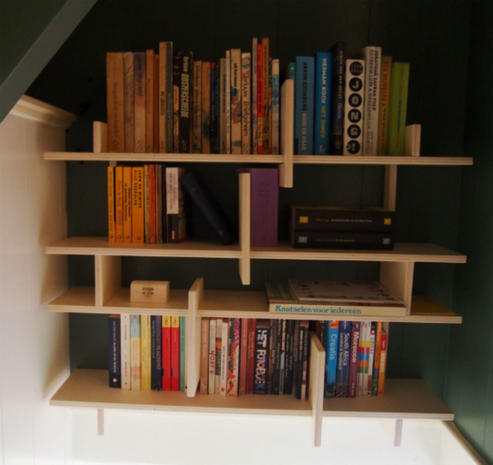 boekenkast in trapgat handige opbergtip van meubelmaker Adriaan Zaanstad