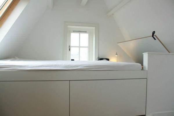 op maat gemaakte slaapkamer in Amsterdam met opbergruimte onder het bed door Muebelmaker Adriaan