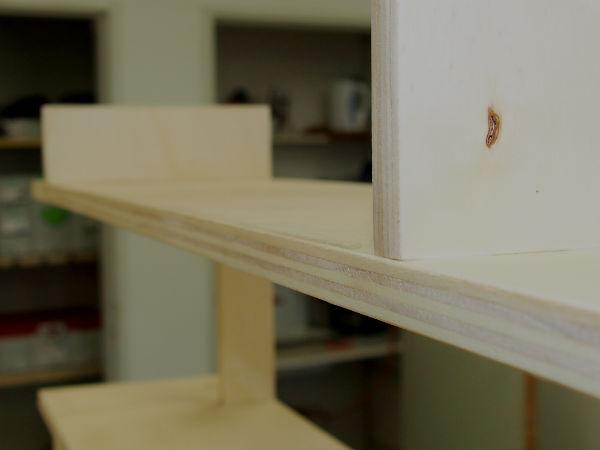handige boekenkast boven trapgat meubelmaker Adriaan