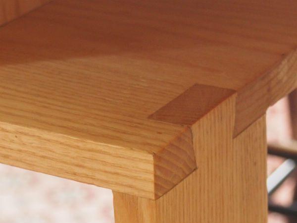 zwaluwstaart verbinding in essenhouten tafel van meubelmaker Adriaan