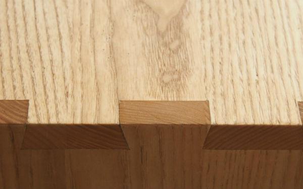 zwaluwstaarten in essenhouten tafel van meubelmaker Adriaan